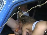 Gouinage en voiture - Copines de partouzes entre elles