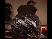 Stephanie McMahon entrega el culo a sus fans