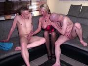 Betrunkene Mutter fickt mit Freund und Stief-Sohn nach Party