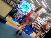 Jeune salope aux superbes jambes dans un magasin