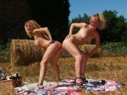 French amatrices lesbiennes dans le champ : fist et gode