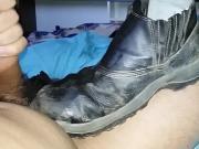 Masturbacao com o sapatao e meias de trabalho do meu amigo