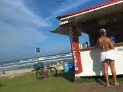 Vento levantando a saia da loira na praia