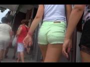 Rubia con tremendo culo en shorts verdes