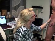 Milf ueberredet den Sportlehrer ihrer Tochter zum Ficken