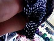 bajo falda morenita linda