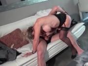 Maman cougar aux gros seins en lingerie se fait ramoner