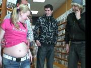 Zwangere meid laat zich palen in de videotheek