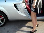 Milf scende dall'auto