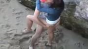 Jeune couple qui baise sur la plage