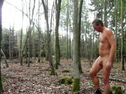 Andre Mosbacher zieht sich nackt im Wald aus