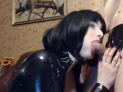 Gummi Lady blaest den Schwanz eines Sexsklaven