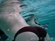Jolie fille nageant sous l'eau 4