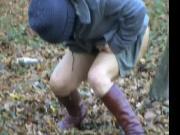 kathy fait pipi dans les bois