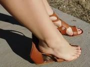 Minha irma cacula exibe pes sem esmalte Sandalia Gladiadora