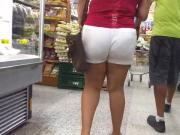 Gordinha rabuda de shorts branco marcando a calcinha