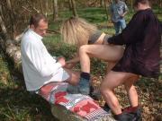 Amatrice folle de sexe et exhib : gangbang en foret
