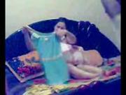 Elsa5 EL mon7arF baYswer mraTo whwo Bynkha.mp4