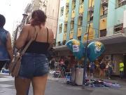 Safada de shorts atolado passeando