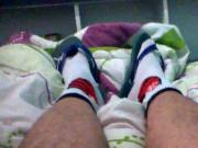 Brincando e gozando no chinelo Puma usando meias do flamengo