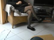ses jambes en collants et ballerines isotoner