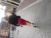 Une belle femme en string plus mini jupe