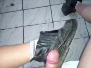 Eu gozando no meu sapatao antes de ir trabalhar