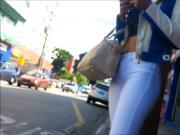 Magra de calca branca no ponto