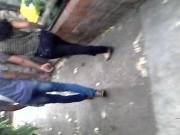 Chica linda en jeans con amigo paseando en parque