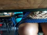 Espiando embaixo da mesa