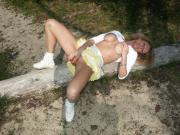 milf amatrice se gode sur la plage et branle les voyeurs
