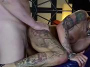 Deutscher Tattoo Star Kitty Core bei privaten Gruppensex