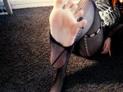 Xenogirl tears her fishnet off