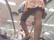 Upskirt de baixo da saia na escada rolante