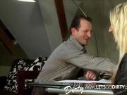 Stiefvater fickt seine geile Blonde Tochter