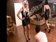 2 Sexy Ladys geven slaaf pak rammel.