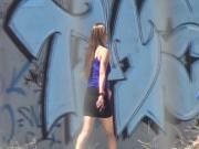 Mujer caminando por la calle III