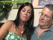 Hubby eats wife's pussy