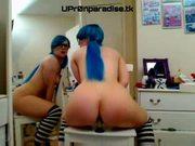 Linda chica de cabello azul dandose sentones frente al espej