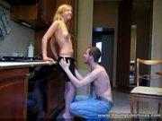 Casal de adolescentes metendo na cozinha