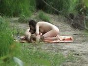 Flagra no meio do mato chupando uma pica