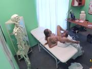 Doctor calmed afraid gal with sex