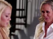 Hot teen Elsa Jean and MILF Brandi Love insane lesbi se