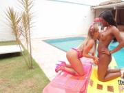 Shemale banging ebony tranny outdoors