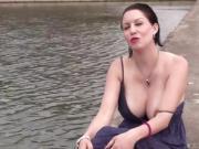 Cindy nous montre ses gros seins avant de se faire enculer