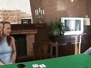 Man zet vrouw met poker