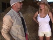 Valeria jolie espagnole se fait baiser dans une grange