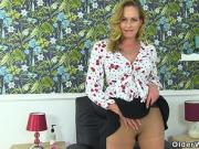 English milf Elegant Eve peels off sheer tights