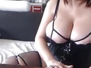 Modele de webcam BBW allongant de gros seins
