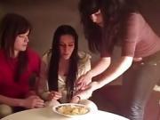 Chicas espanolas escupiendo fichas